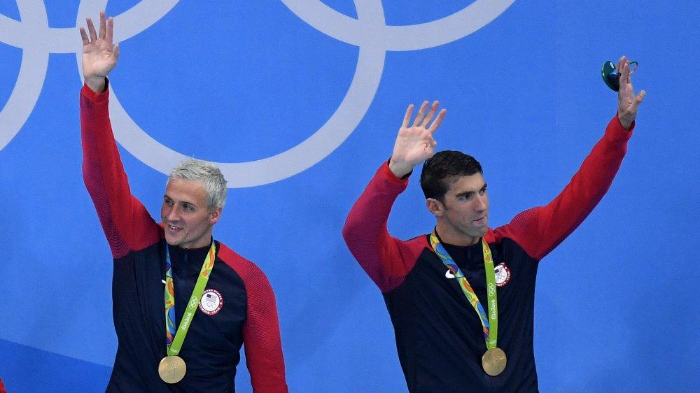 Ryan Lochte och Michael Phelps vid en medaljceremoni under OS 2016 i Rio