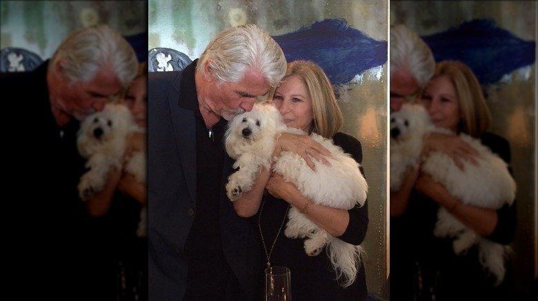 Barbra Streisand och James Brolin med sin sena hund Samantha