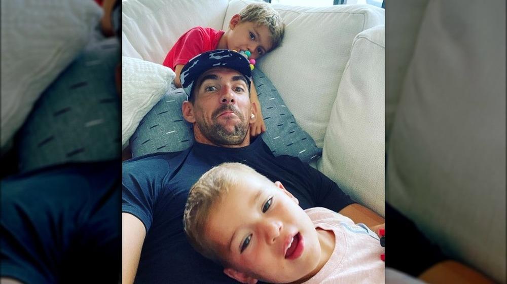 Michael Phelps och hans söner poserar för en selfie i soffan