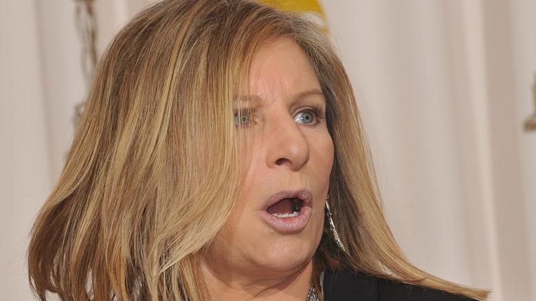 Barbra Streisand på röda mattan, öppen mun