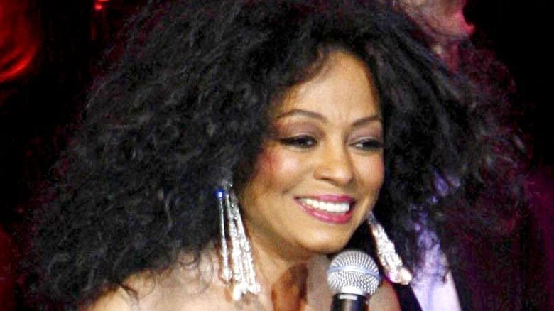 Diana Ross på scenen och ler
