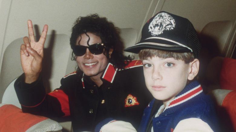 Michael Jackson och James Safechuck på ett privat plan