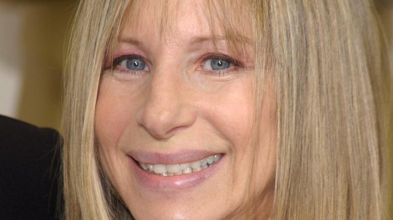 Barbra Streisand på röda mattan och ler