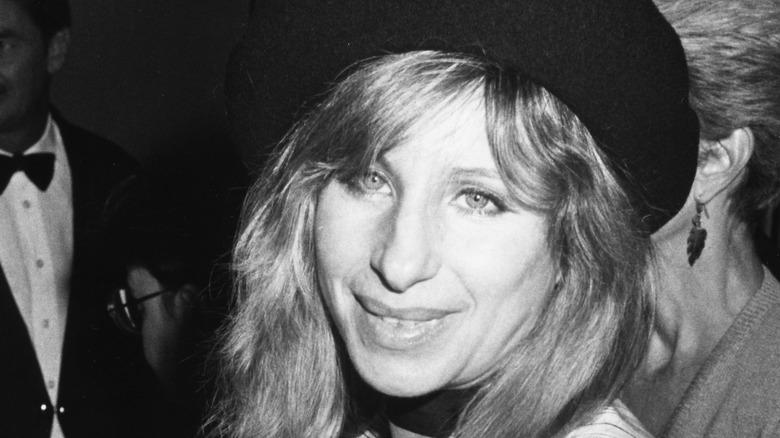 Barbra Streisand med hatt i barettstil