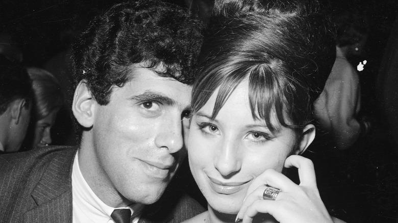 Barbra Streisand rörande ansikten med Elliot Gould