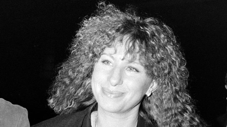 Barbra Streisand flirar med lockigt hår