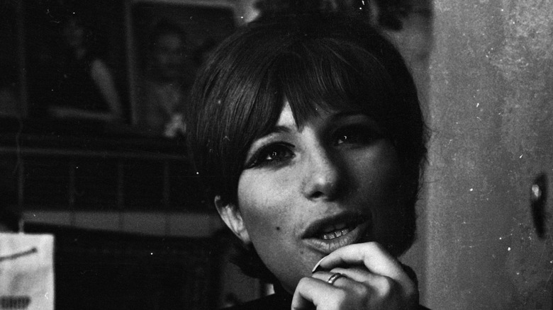 Barbra Streisand med läpparna skilda