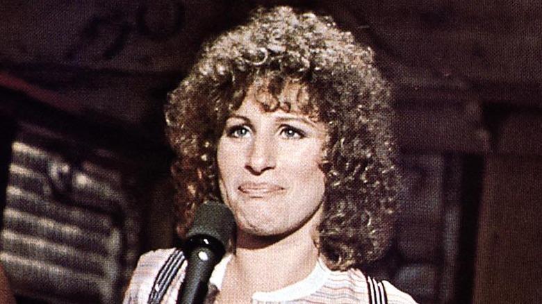 Barbra Streisand sjunger med lockigt hår