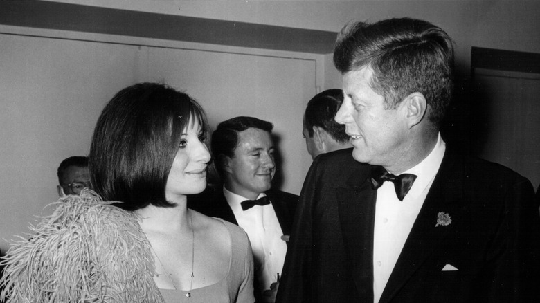 Barbra Streisand möter president JFK, båda talar