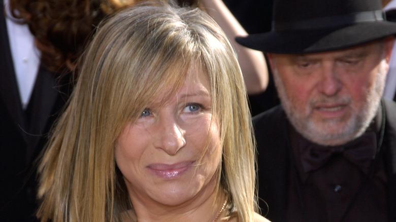 Barbra Streisand på den röda mattan och ler