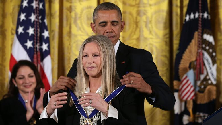 Barbra Streisand framför president Barack Obama