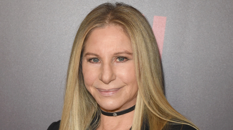 Barbra Streisand med chokerhalsband