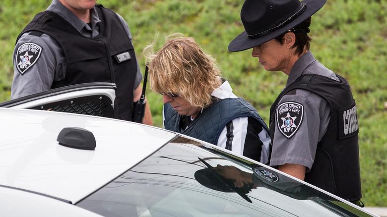 Joyce Mitchell går in i en polisbil