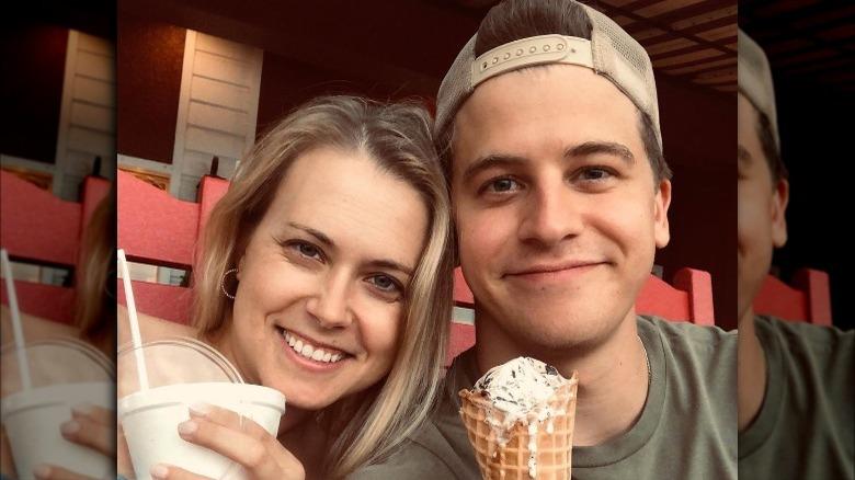 Nina Carnahan och Barrett Carnahan ler med glass