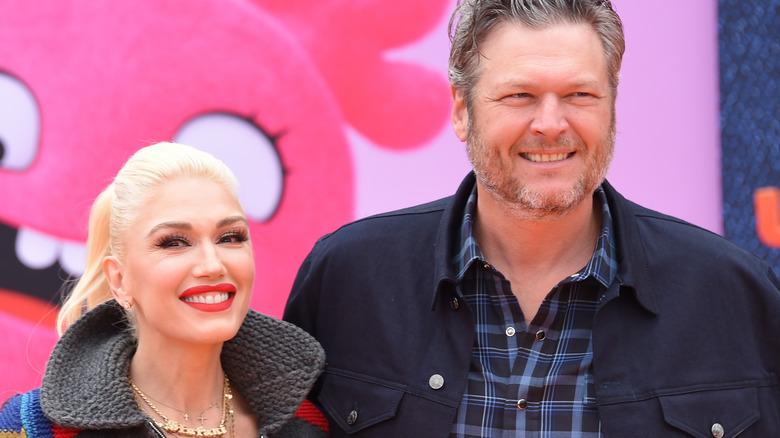 Gwen Stefani och Blake Shelton ler 2019