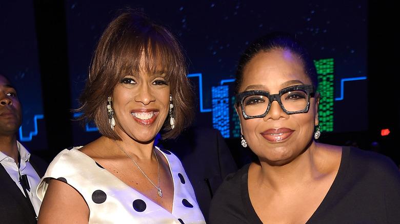 Gayle King och Oprah Winfrey ler