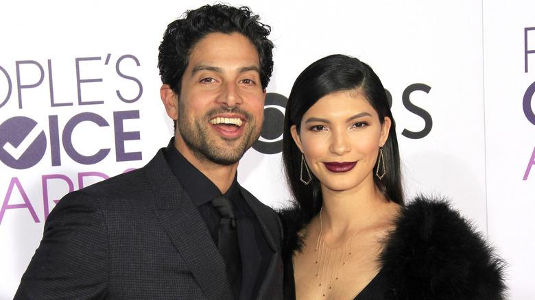 Adam Rodriguez och Grace Gail poserar tillsammans