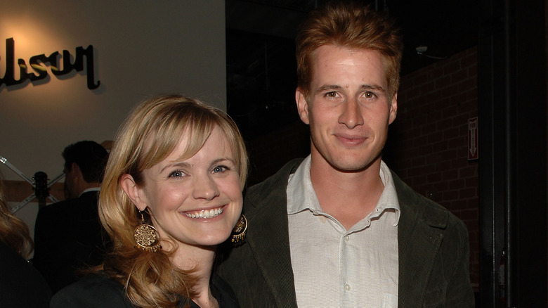 Jennifer Rowley och Brendan Fehr poserar tillsammans