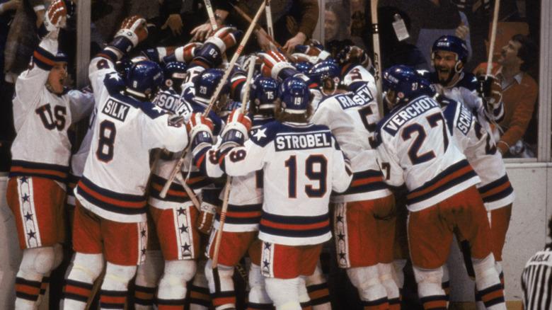 Mike Pavelich och Bob Suter med hockeyspelare, jublande