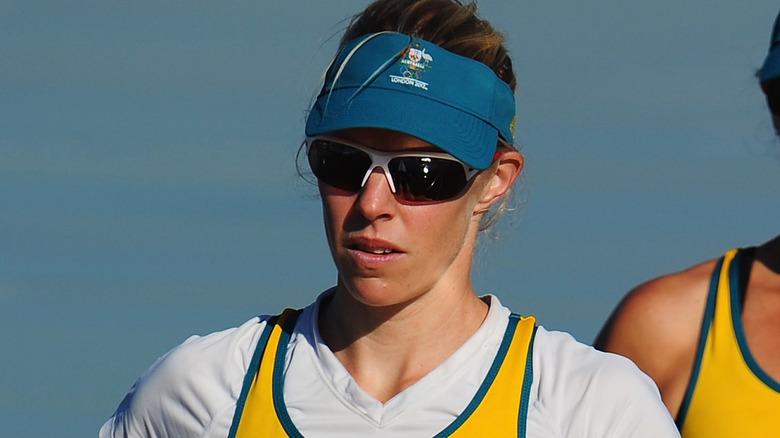 Sarah Tait står med solglasögon på