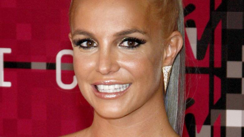 Britney Spears som ler på den röda mattan