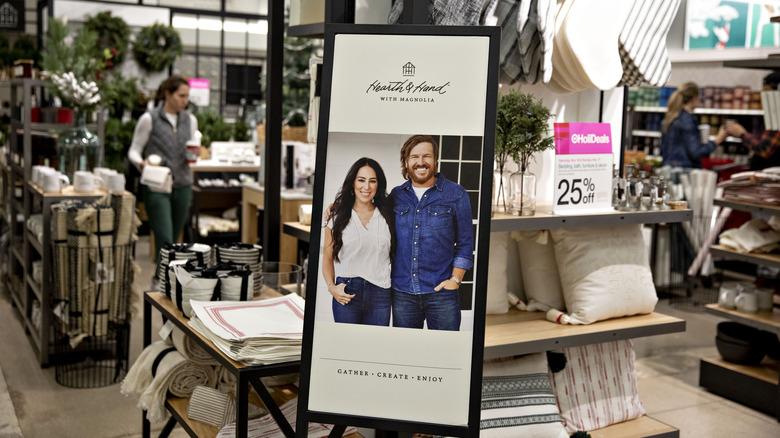Heart & Hand display med Chip och Joanne Gaines på Target