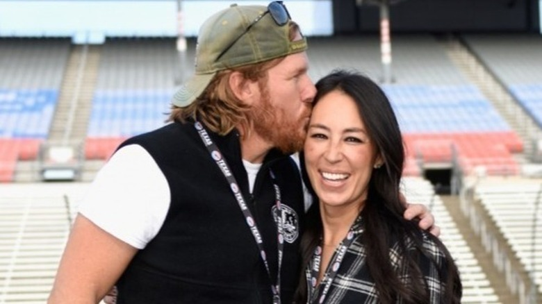 Chip Gaines i basebollhatt kysser fru Joanna