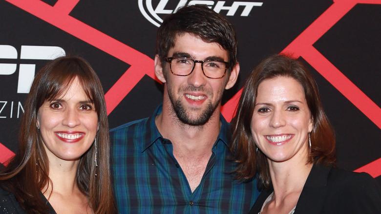 Hilary, Michael och Whitney Phelps poserar