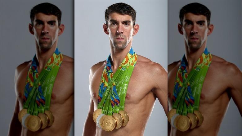 Michael Phelps poserar med medaljer