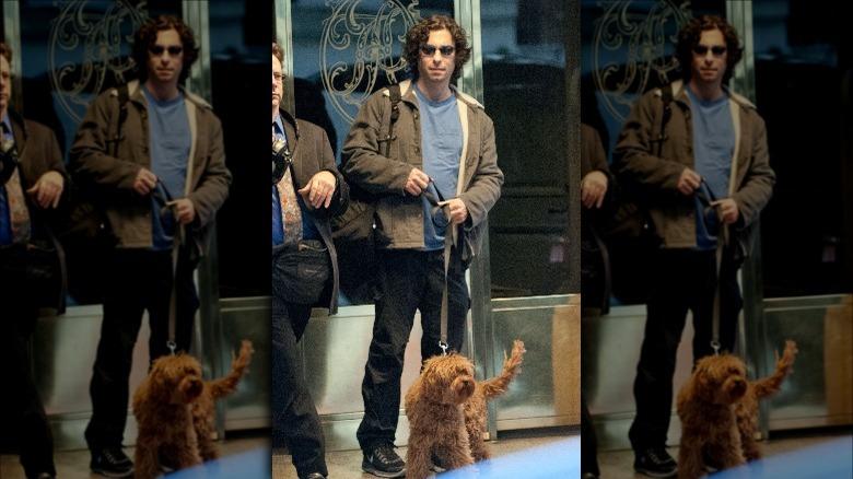 Jason Gould går med sin hund