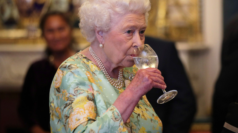 Drottning Elizabeth dricker
