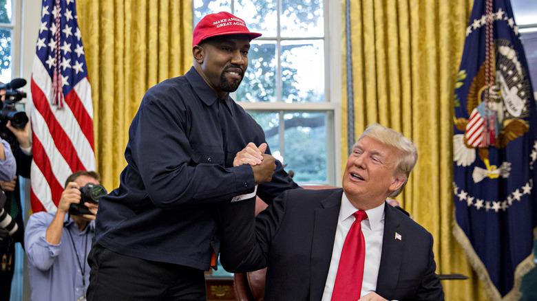 Kanye West skakar hand med USA: s tidigare president Donald Trump under ett möte i Oval Office i Vita huset i Washington, DC