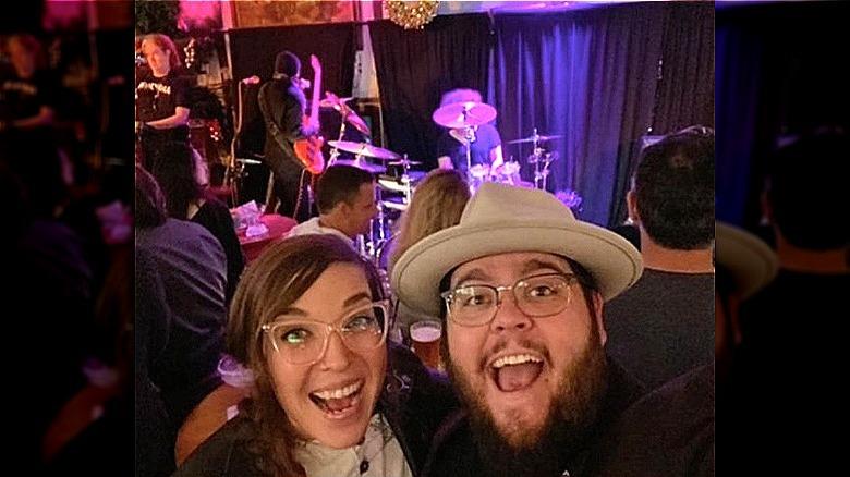 Emily Schalick och Charley Koontz i en selfie