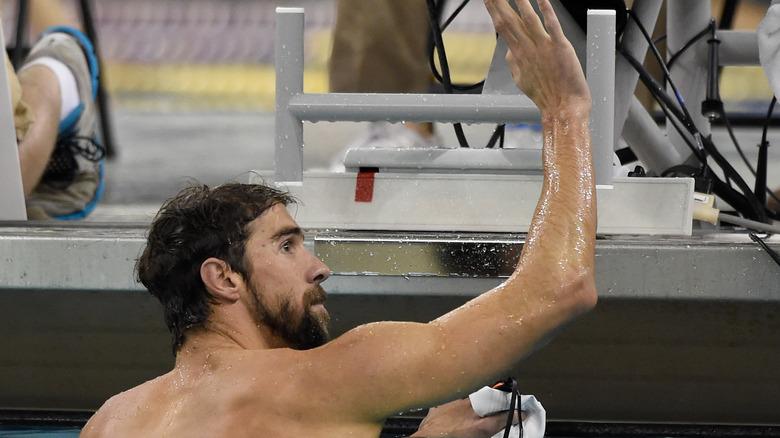 Michael Phelps vinkade till en fläkt i poolen
