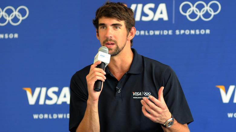 Michael Phelps vid en mikrofon