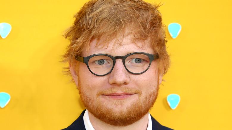 Ed Sheeran ler på röda mattan