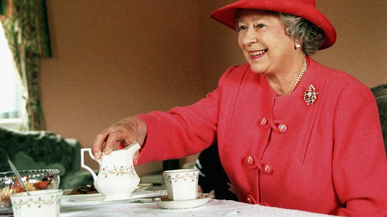 Drottning Elizabeth dricker te