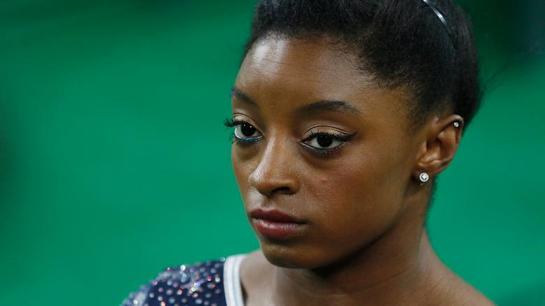 Simone Biles med seriöst uttryck under tävlingen