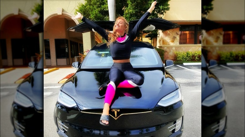 Montana Tucker sitter på sin Tesla