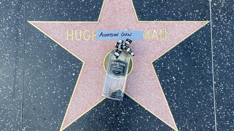 Chupa ya Gin ya Anga kwenye nyota ya Hugh Jackman ya Hollywood Walk of Fame