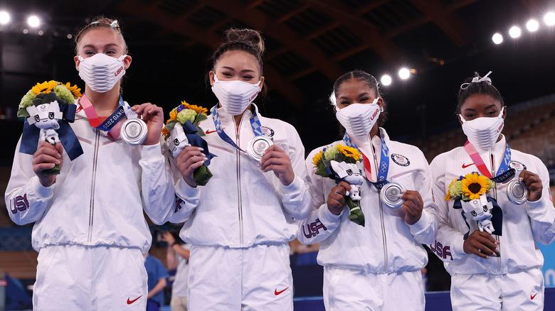 Grace McCallum, Sunisa Lee och Jordan Chiles och Simone Biles vid OS