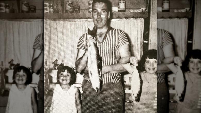 Kim Cattrall, baba yake, na ndugu yake wakiwa wameshikilia samaki mnamo 1963
