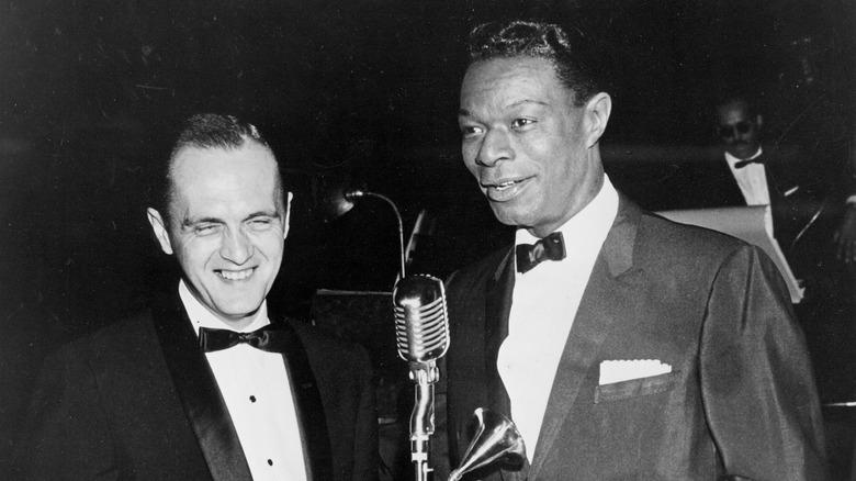 Bob Newhart och Nat King Cole skrattar