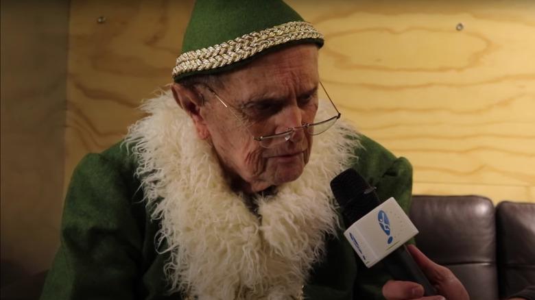 Bob Newhart klädde sig som Papa Elf