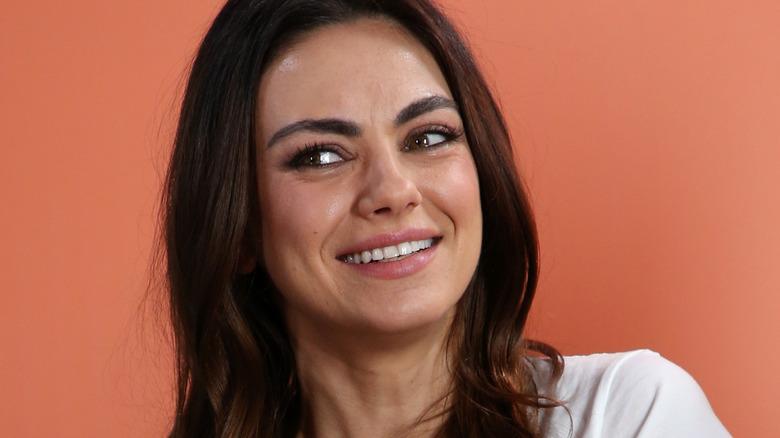 Mila Kunis orange bakgrund