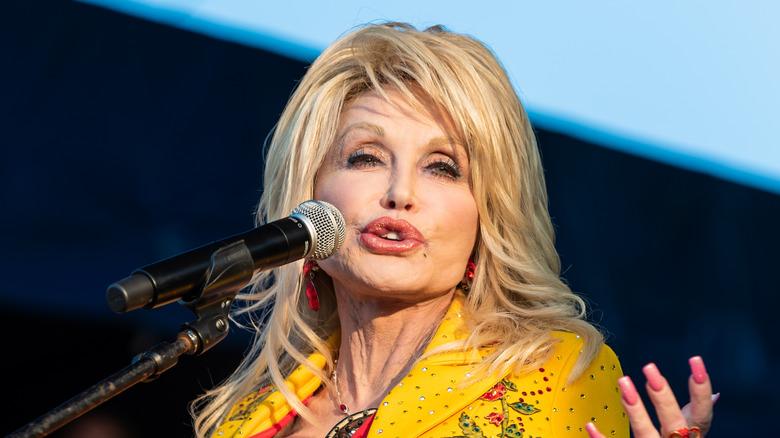Dolly Parton akizungumza katika hafla hiyo