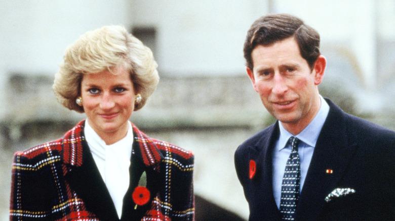 Prinsessan Diana och prins Charles står utanför tillsammans