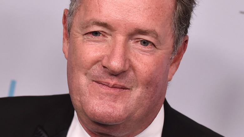 Piers Morgan poserar