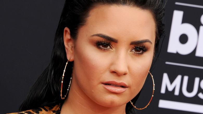 Demi Lovato bär guldörhängen