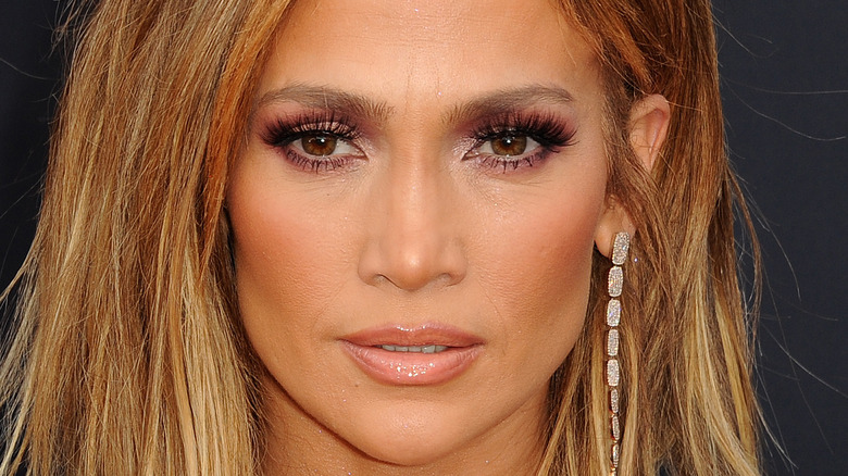 Jennifer Lopez ler på röda mattan